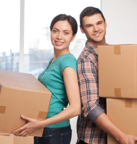 Couple qui déménage des boites